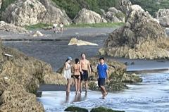 高雄市「同志沙灘」湧入年輕人 不戴「罩」、穿比基尼戲水
