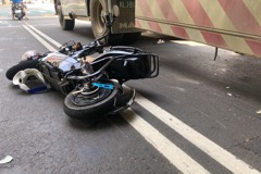 桃園母女騎電動車與砂石車擦撞 9歲女童命殞輪下
