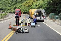 影/台二線電動車女騎士與垃圾車相撞亡 駕駛馬路跪地祈求