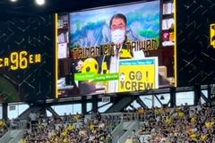 美國姊妹市足球場啟用 黃偉哲登大螢幕致意