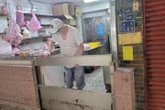 影/北台恐豪大雨 基隆民眾架防水閘門:聽到雨心就驚