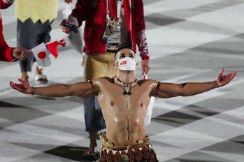 東加「猛男」又脫了!三度任奧運掌旗官、這回多了口罩