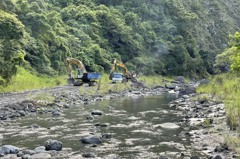 疑地震影響花蓮下勞灣溪土石崩落河道 水保局展開清疏