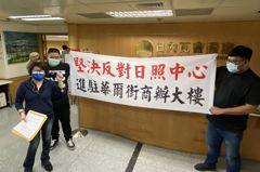 影/日照業者申請進駐台中西區商辦大樓 遭拉白布條抗議反對