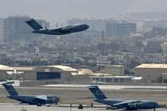 美軍撤出喀布爾機場前 廢除飛機與裝甲車軍備「再也無法使用」