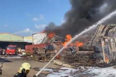 桃園大園傳工廠火警 全面燃燒1、2樓鐵皮全被燒塌