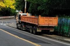 基隆中和路建案多 砂石車違停占道嚴重險象環生