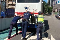 客運開到路上拋錨 南港警「徒手推車」解危機