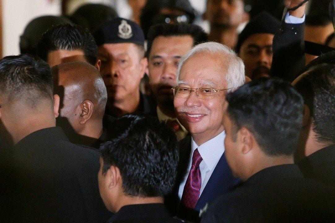 被捕的馬來西亞前首相:身陷貪污風暴,納吉微笑出庭