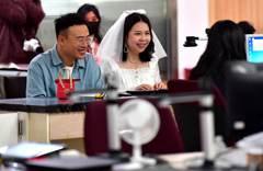 龍抬頭遇上1314 結婚登記翻倍 帶板凳徹夜排隊