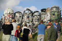 藝術家用電子垃圾建造仿「總統山」雕像 籲關注廢物問題