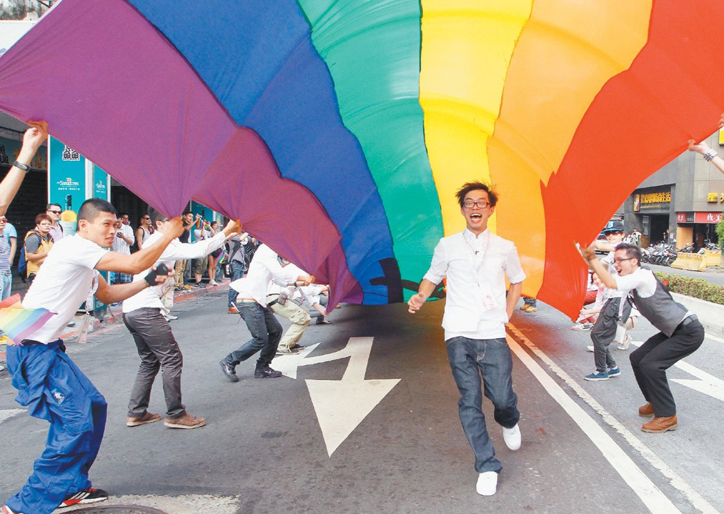 台灣同志遊行,象徵性愛、力量、希望、自然、自由和藝術的彩虹旗飄揚在隊伍中。 記者...