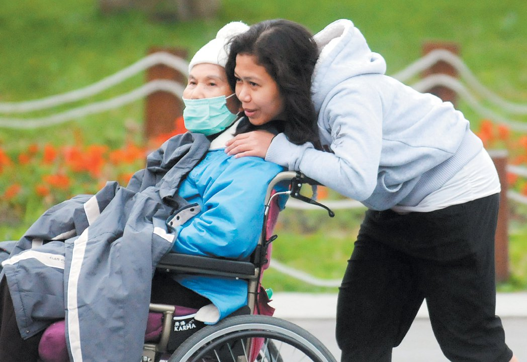台灣有許多來自東南亞的「移工」,協助家庭照顧台灣老人及填補勞動力,但族群偏見對低...