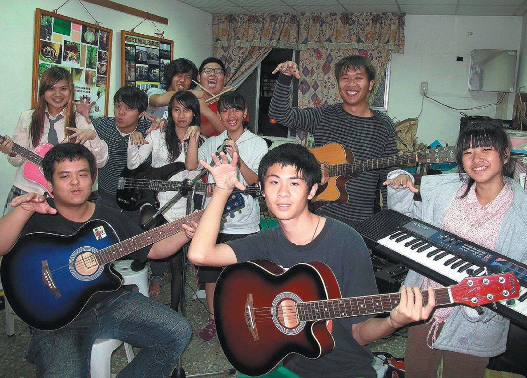 「台青蕉」藉音樂與文創行銷香蕉,還免費教社區青少年團練,培育愛鄉土的小小台青蕉。...