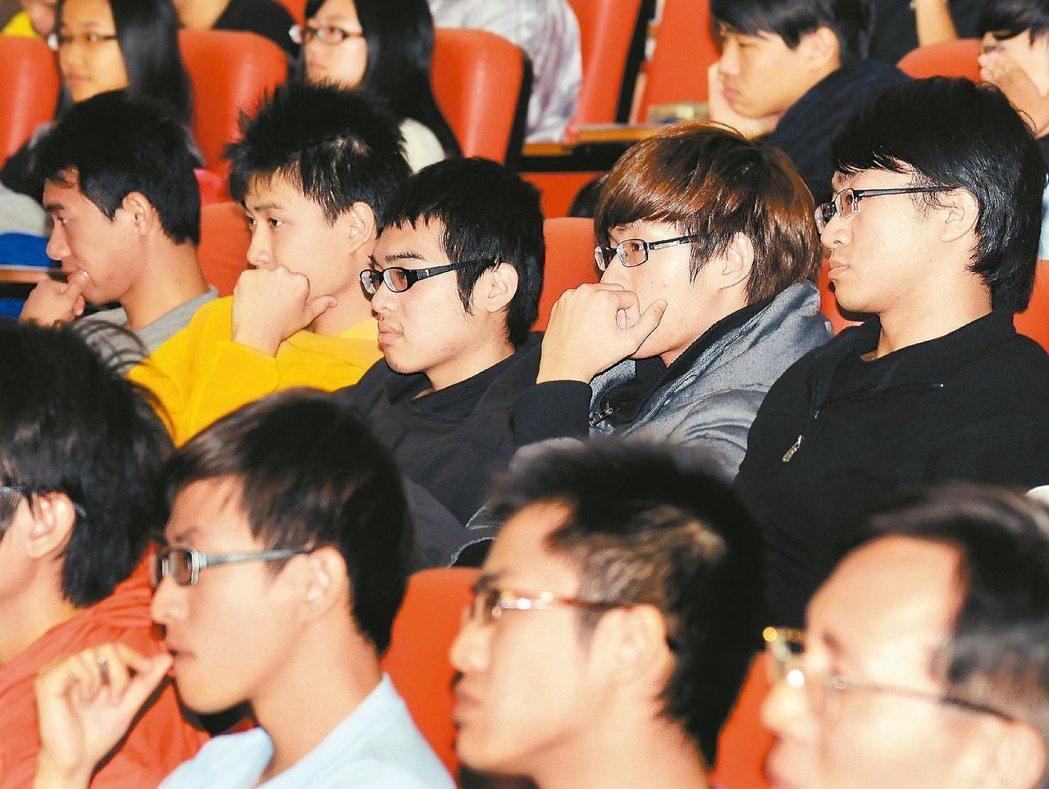 宜大學生專注聽講,為自己的未來尋路。 記者盧振昇╱攝影