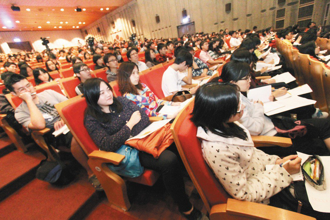 「願景工程-為青年尋路論壇」台南場,昨天在成功大學舉行,吸引學生到場聆聽。 記者...
