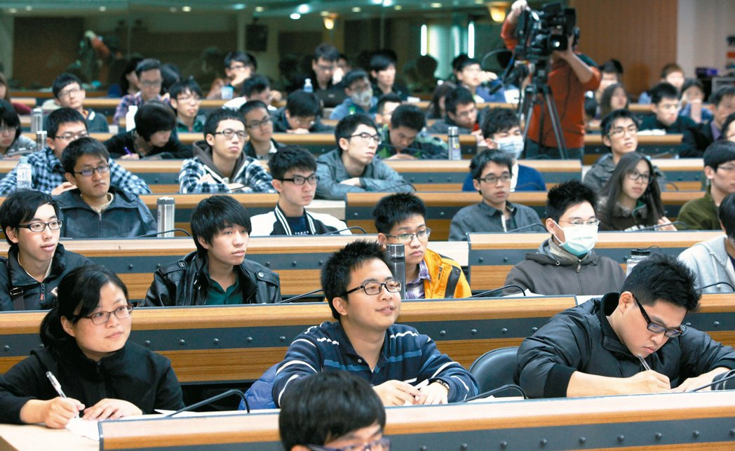 聯合報系願景工作室與遠東集團徐元智先生紀念基金會主辦的「為青年尋路」論壇,昨在高...