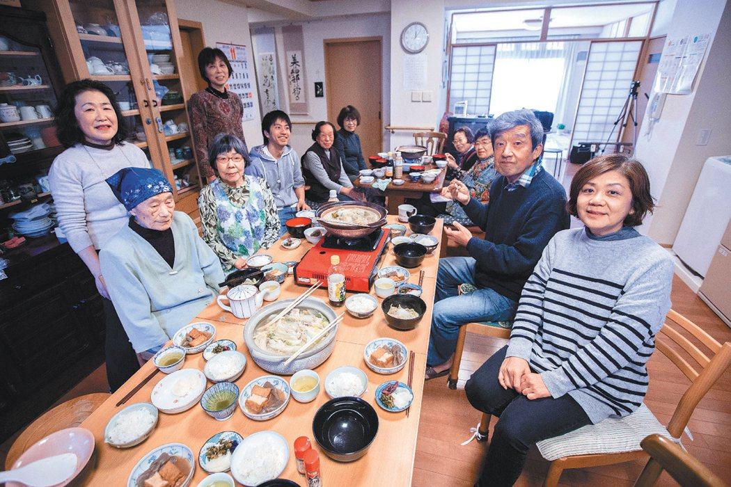 東京江戶川地區「溫暖館」,是當地的高齡住宅,但是也歡迎年輕人入住,所有住民一起用...