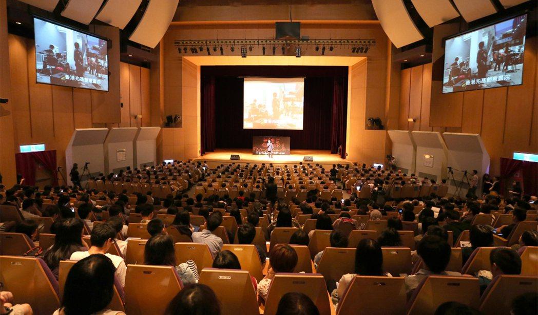 「夢想自造家」論壇上午在新北市政府舉行,一千個座位座無虛席。 記者林澔一╱攝影