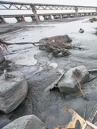中沙大橋的河床中間處,因水流較大,河沙沖刷潛堰固床工處、蜂巢塊與鼎形塊等設施的痕...