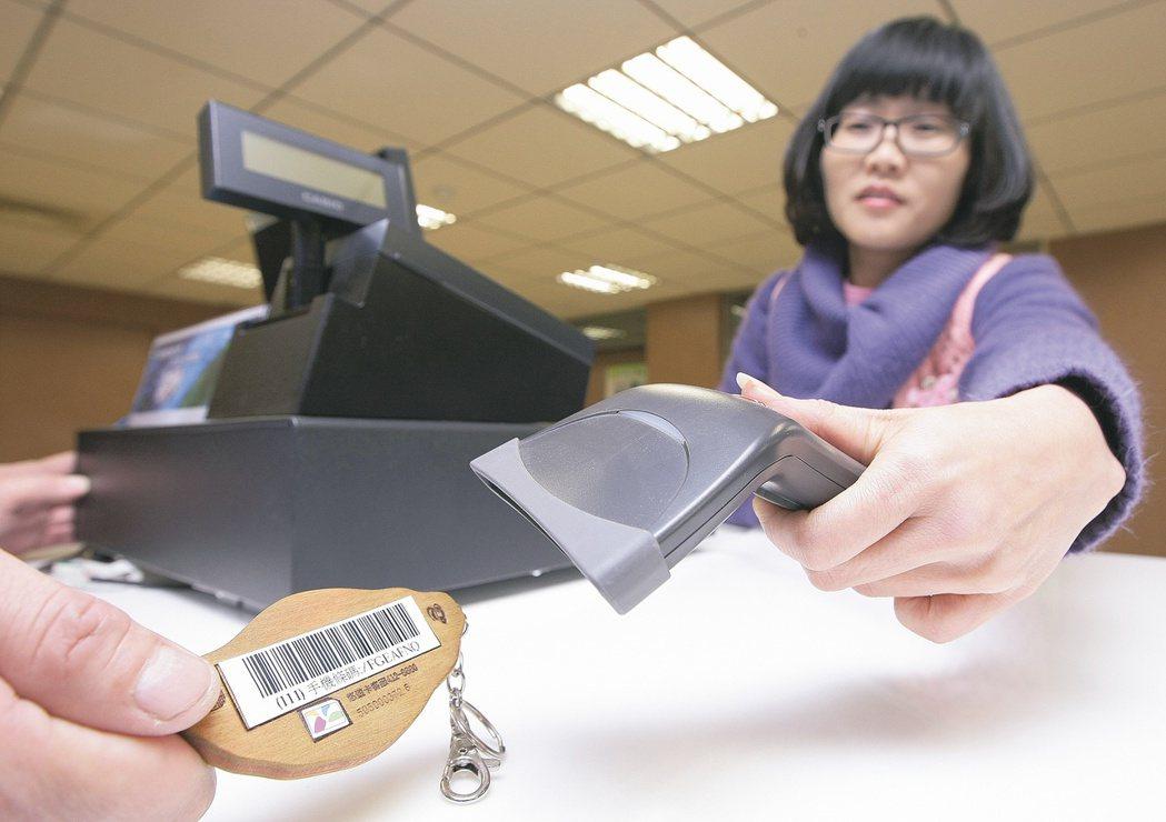 財稅資料中心推動電子發票減紙化政策,建議民眾使用電子發票條碼,在每次到各地超商消...