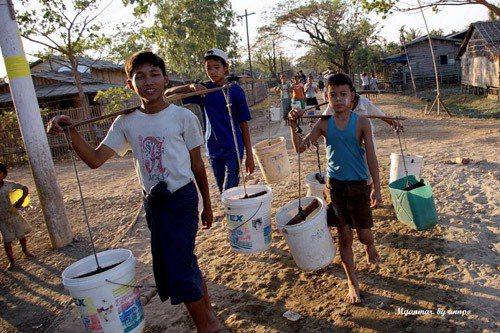仰光附近村落缺水問題嚴重,納吉斯風災後國外NGO AMI協助汲水,但每到下午仍有...