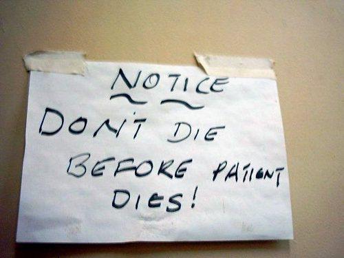 圖為馬拉威邊境醫院內的指示:「病人死之前,別死。」圖/功夫胖達拍攝