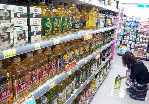 食用油風暴引發食安危機,賣場內民眾選購食用油品更加謹慎。圖╱聯合報系資料照片