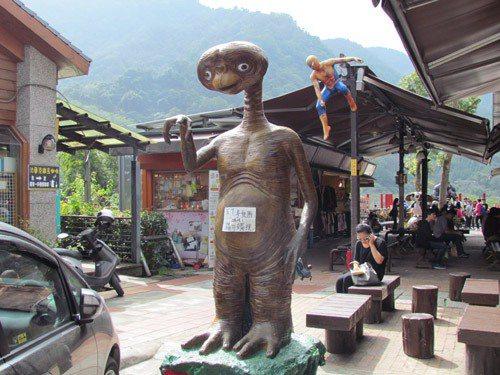 內灣老街裡的ET與蜘蛛人。圖/貓大爺提供