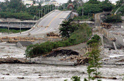 曾於2009年莫拉克風災期間短暫獲重視的《國土計畫法》,暫時被尚未通過環評的《全國區域計畫》替代。圖為遭莫拉克風災重創的南迴公路和鐵路。圖╱聯合報系資料照片