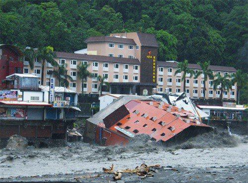 有多少人還記得,一場風災就倒趴在知本溪中的金帥大飯店?圖╱聯合報系資料照片