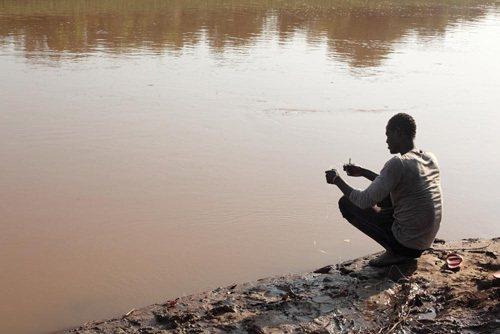 我有話想說,但得先準備簽證,或者隱姓埋名。」圖為卡羅部落的男子使用釣線捕魚。 圖/廖芸婕攝於衣索匹亞