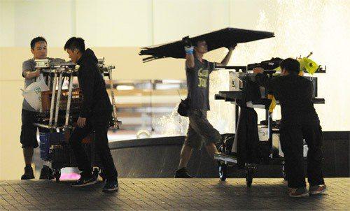盧貝松來台拍片,現場工作人員忙進忙出。圖╱聯合報系資料照片