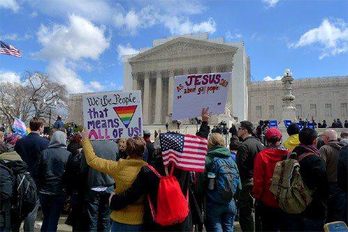 美國最高法院今年針對同性戀婚姻合法化問題做出判決,支持者在法院前高舉標語爭取權益...