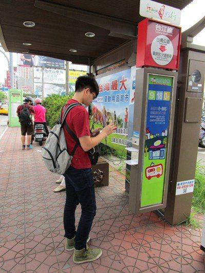大台南公車候車亭率先增設USB免費充電設備,讓民眾覺得很方便。 記者邵心杰╱攝影