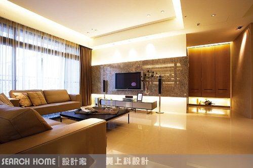 由於客廳的大面窗設計,讓居家採光〸分充足,因此間接燈光以柔和的黃光,分佈在天花四...