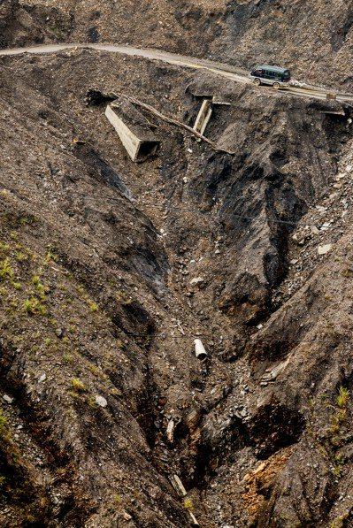 從遠處觀看南投力行產業道路坍方路段,行車情況令人怵目心驚。 記者黃士航/攝影