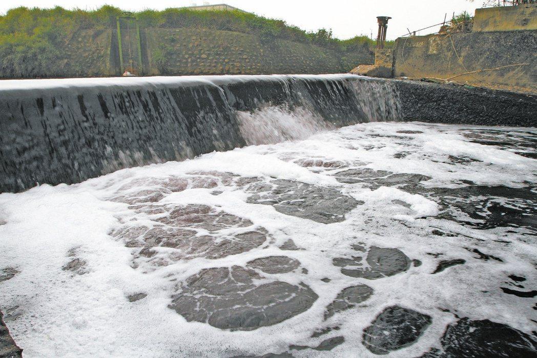 充滿泡沫的廢水源源不絕的流入黃墘溪,飄出刺鼻氣味,但水質檢測卻完全符合環保署訂定...