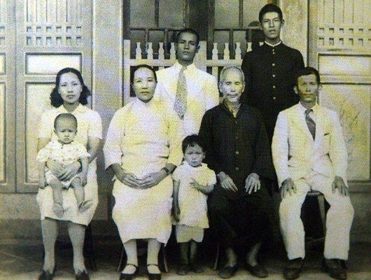 前總統李登輝照片(後排右)四代同堂的照片。(報系資料照/記者潘俊宏翻攝)