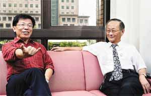 沈富雄(左)與李源德(右)談起兒時趣事,兩人都滿臉笑意,沈富雄更不時比手畫腳。記...