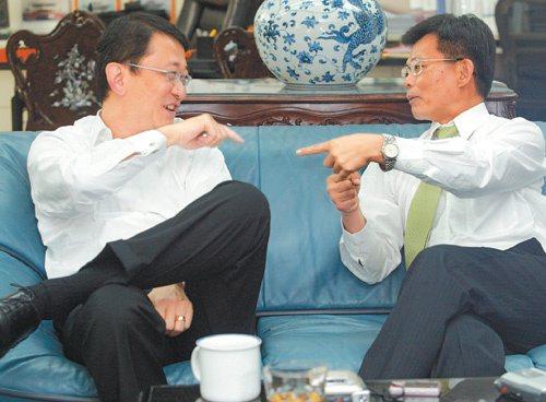 各擁一片天 遠航董事長崔湧(左)與高雄縣長楊秋興(右)這兩位來自高雄的台大土木...