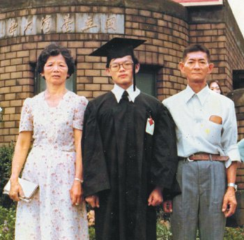 楊秋興大學畢業,與父母在台大校門前合影。圖/楊秋興提供