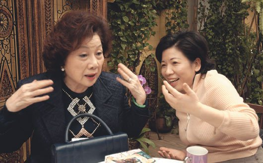 陳文茜母女2004年接受聯合報相對論專題訪問,陳文茜說母親何欣欣(左)是她的「軍...