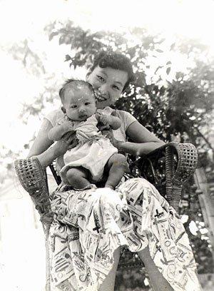 何欣欣抱著陳文茜,難得的親密時刻,後來文茜就成了外婆的孩子,十七歲才又回到母親身...