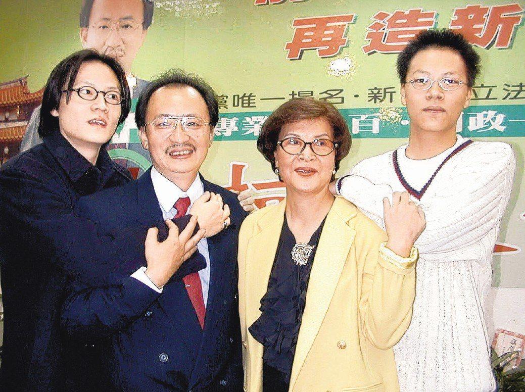 民進黨籍立委柯建銘(左二)的大兒子柯韋任(左)與女友口角後自殘。圖為1999年柯...