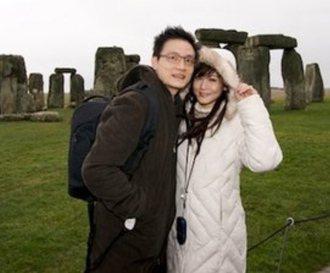 邱琦雯與柯韋任在英國巨石陣前合影。照片/摘自邱琦雯部落格