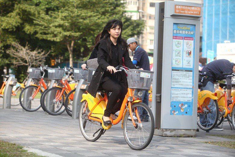 Youbike微笑單車租借人次高達2千多萬,但若能劃設完整自行車專用道、明訂各項路權,才能真正減少悲劇。 攝影/鍾士為