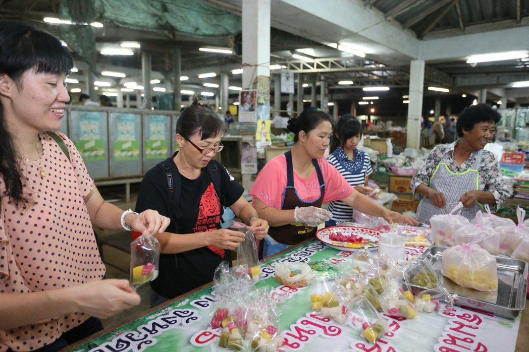 林筠甯(左一)帶孩子、老師(左二)回泰國外婆家,隨林筠甯的母親(右一)到市場賣甜...