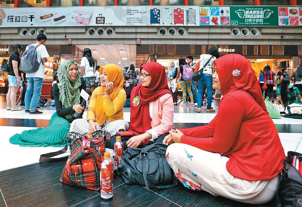 台北車站大廳,新住民輪流唱家鄉的歌。這是四方報推出的第一個東南亞語電視歌唱節目「...