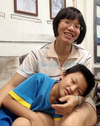 越南新住民阮青河(後)主張,家庭就是最好的母語教室。 者蘇瑋璇/攝影